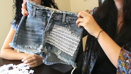 Customiza��o de short jeans com renda
