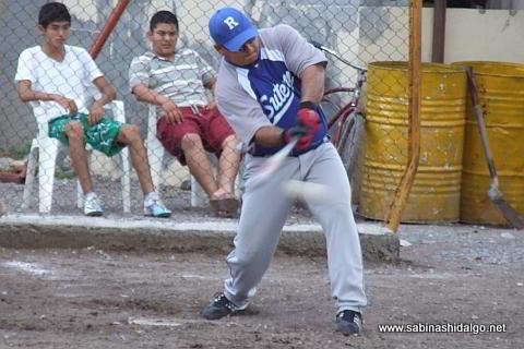 David Briseño conectando por SUTERM en el softbol del Club Sertoma