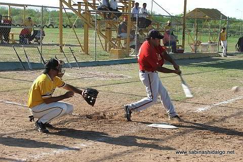 José Leza de León bateando por Rayos en el softbol sabatino