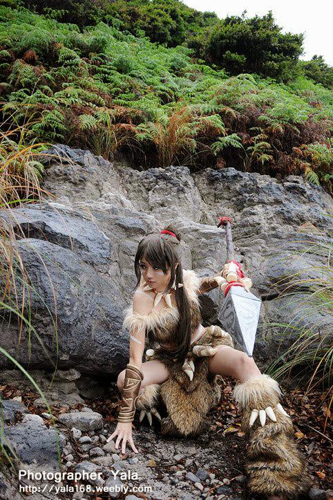 Thợ săn Nidalee khoe dáng giữa rừng vắng - Ảnh 13