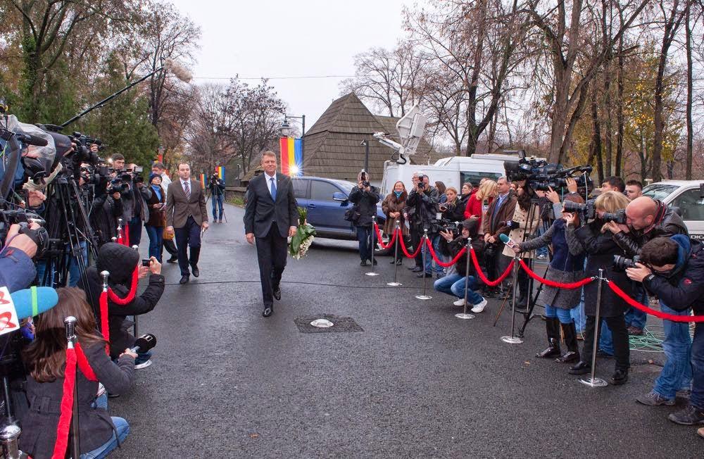 Președintele ales al României, Klaus Iohannis, a fost invitat la Palatul Elisabeta unde a luat masa cu Regele Mihai I, Principesa Moștenitoare Margareta și Principele Radu