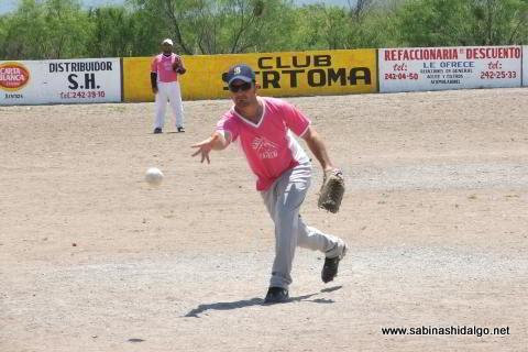 Américo Quiroga lanzando por Japoneses E.M. en el softbol del Club Sertoma