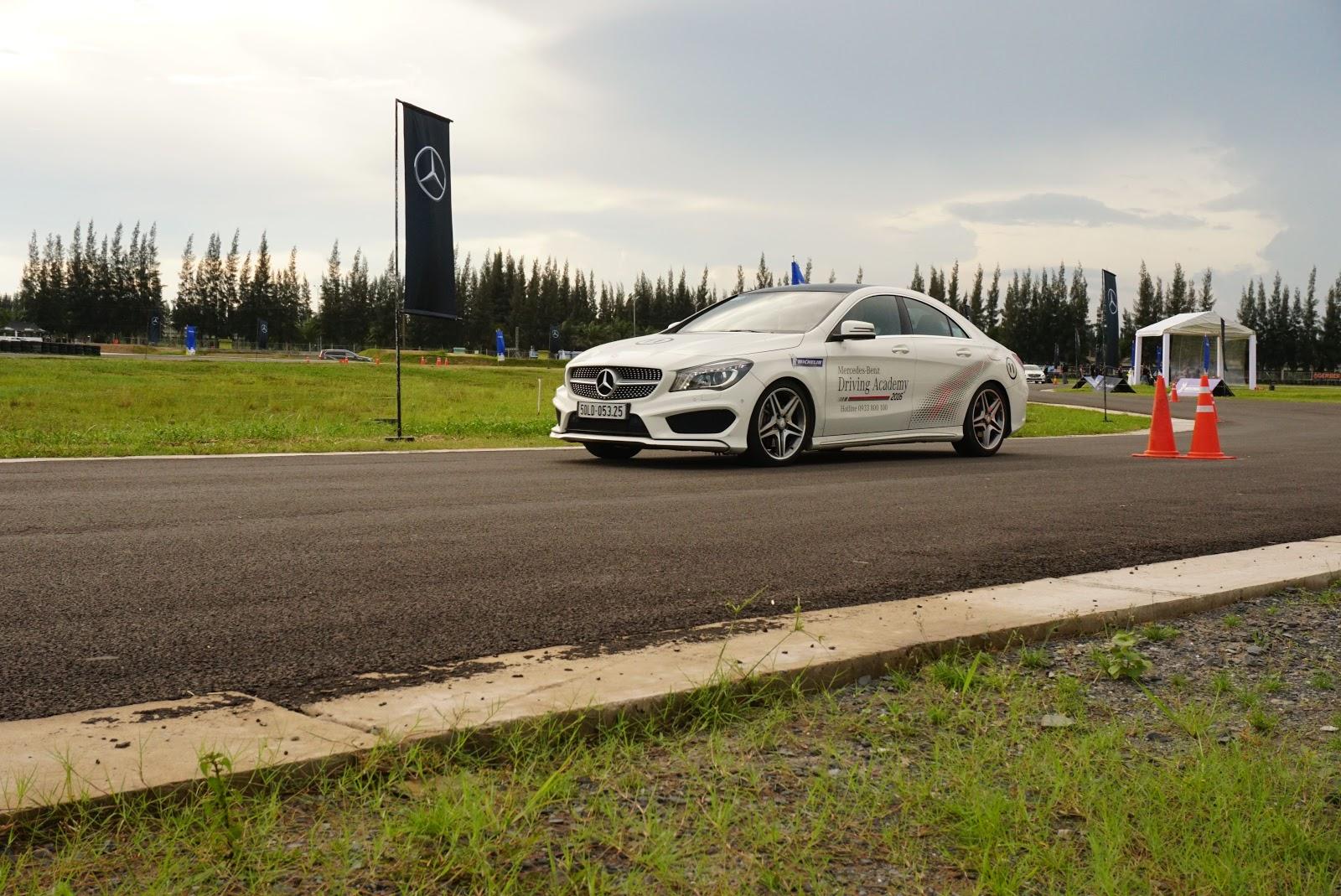 Xe đang thực hiện bài tập thể hiện trình độ lái, xử lý của lái xe trên đường
