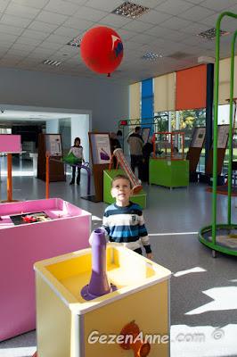 havaya üflenen hava ile balon uçuran oğlum, Bernoulli üfleyicisi Sancaktepe bilim merkezi İstanbul