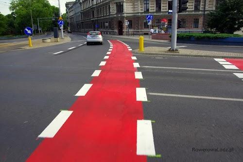 Plac Jana Pawła II. Świeżo wymalowane pasy ruchu dla rowerów