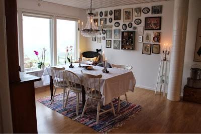 Matsalsrum, pinnstolar, ekbord, tavlevägg, fotografier