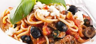 Σπαγγέτι με σάλτσα τυριού και ελιές, Spaghetti with cheese sauce and olives.
