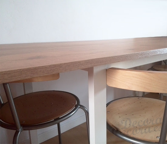 Montar una mesa.