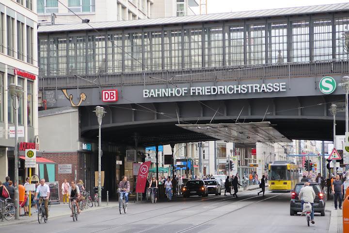Am Bahnhof Friedrichstraße ist immer viel los
