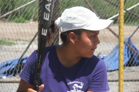 Arith Méndez de Cazadoras de Villaldama en el softbol femenil del Club Sertoma