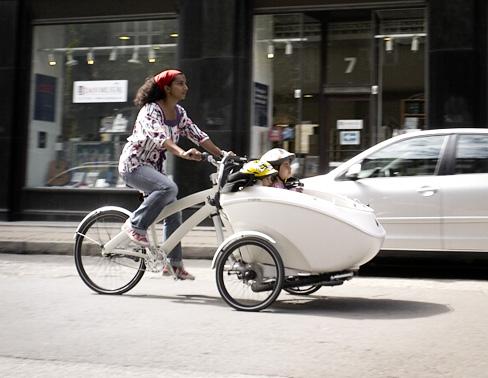 Trio bike ketika sedang digunakan di jalanan perkotaan. Lihat, betapa elegannya kendaraan ini. Ramah lingkungan pula :)