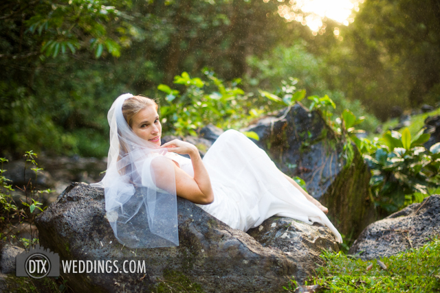photographer trash the dress hawaii