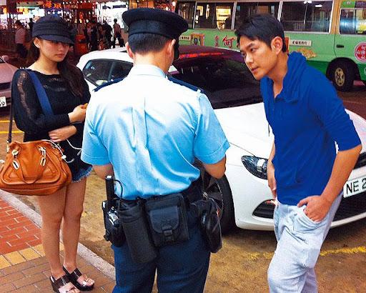 去年十月,蕭正楠的座駕與小巴相撞,事後與女友何傲芝(左)落車向警員講述情況。