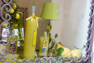 kocaman limonlar ve limoncello ile süslü vitrinler, Positano