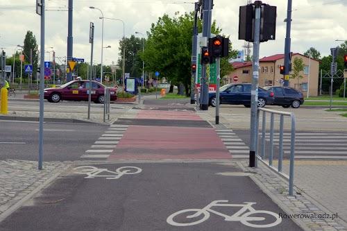 Na takim szerokim przejeździe minąć się może nawet i trzech rowerzystów.