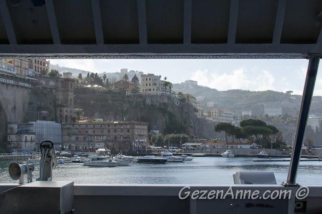 Feribotla Sorrento limanından uzaklaşırken