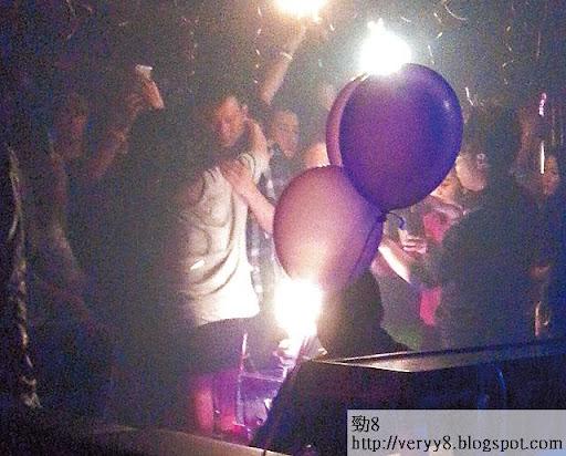 香檳區由紫色氣球波圍住,但一班朋友在裡頭又叫又嗌,令人注目。