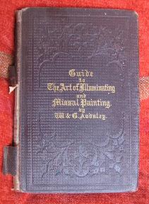 Tapa con letras góticas inglesas doradas y floritura con textura en relieve