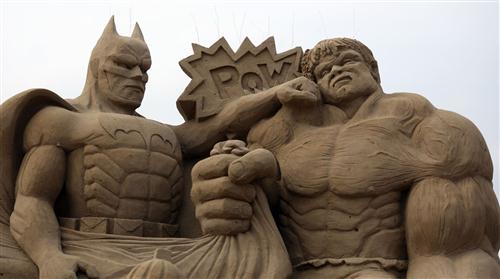 மணல் சிற்ப விழாவில் ஹாலிவூட் கதாபத்திரங்கள் : புகைப்படங்கள் Sculptors-place-finishing-touches-hollywood-20130326-065029-301