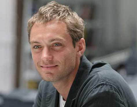 Jude Law sonriente