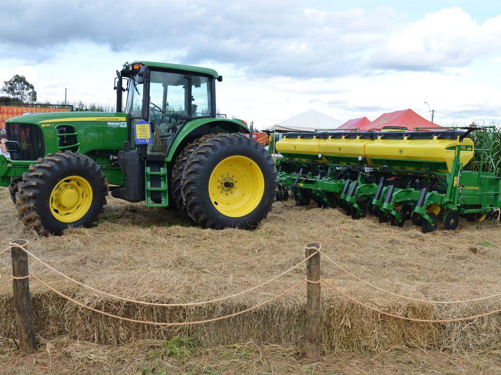 Eventos agropecuários movimentam bilhões de reais em negócios (Fonte: Agência Brasil)trator em evento agro