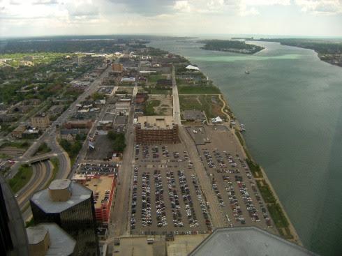 Blick vom RenCen auf den Detroit River nach Norden, Michigan, USA