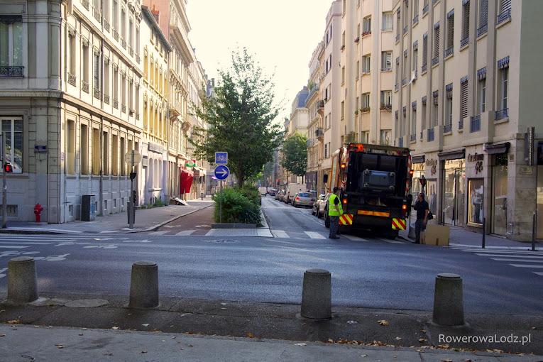 Kiedyś dwukierunkowa ulica, obecnie jednokierunkowa (dla samochodów - pas po prawej) i separowana droga dla rowerów (dwukierunkowa - po lewej)