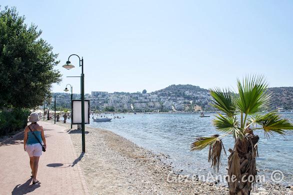 Bitez'de sahil yolunda yürürken