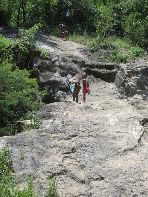 rotsige heuvel op de route naar een bronwater poeltje in Isinuka