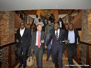 (Avant-plan de g.à.d) Le représentant spécial du secrétaire général de l'ONU en RDC, Martin Kobler et le ministre congolais des Affaires étrangères, Raymond Tshibanda sortant de l'hôtel où se déroulent les pourparlers entre le gouvernement et les rebelles du M23, dimanche 20 octobre 2013 à Kampala.