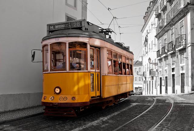 Tram in Alfama, Lissabon, Portugal