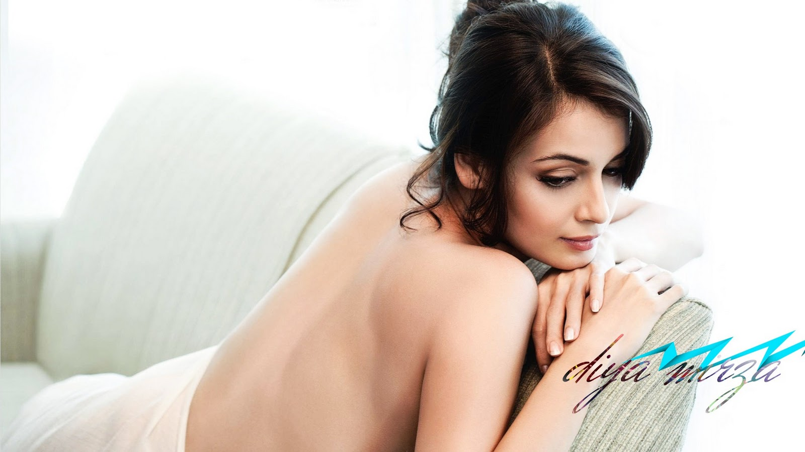 SAB HOT ACTRESS: Dia Mirza Hot Bare Back and Navel Show in Bed: http://sabhotactress.blogspot.com/2011/03/dia-mirza-hot-bare-back-and-navel-show.html