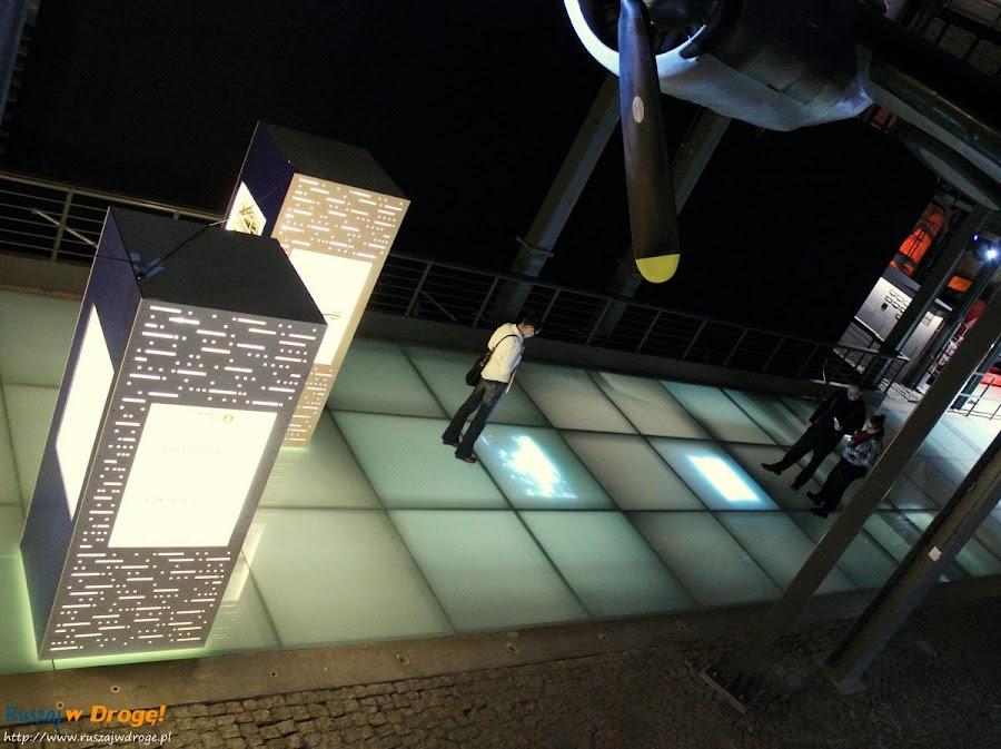 muzeum powstania warszawskiego - projekcje w podłogowych ekranach