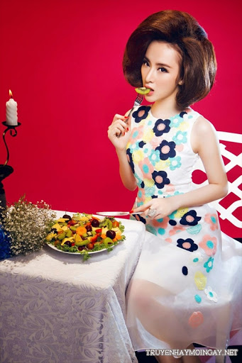 Ngắm Nhìn Người Đẹp Angela Phương Trinh Cạnh Bàn Ăn