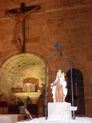 La Virgen del Pozo, con el Cristo románico de San Vicente como fondo