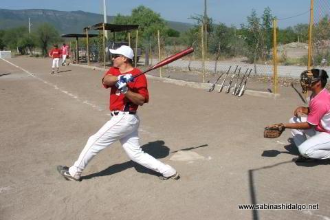 Ricardo Guajardo bateando por Ponchados en el softbol del Club Sertoma