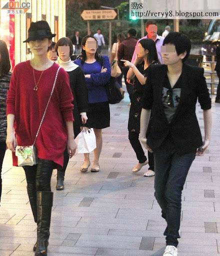 佘詩曼(左)與男性打扮的女友本來好好傾,當遇上記者即時彈開。