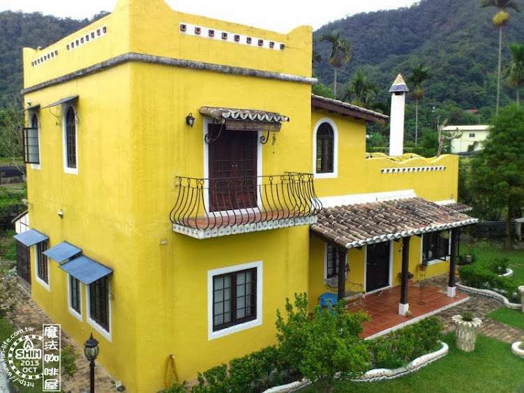 由上往下拍鵝黃鄉村房屋整個大好看,而且越看越好看~魔法咖啡屋主人居