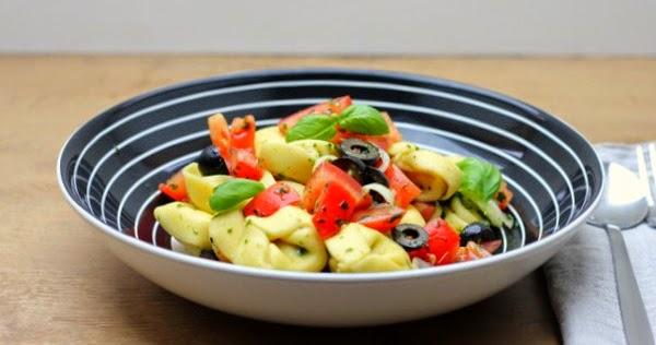b ro lunch tortellini salat mit b rlauch pesto tomaten und oliven sch ner tag noch food. Black Bedroom Furniture Sets. Home Design Ideas