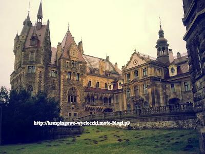 Zdjęcie zamku zrobione w Mosznie, od strony ogrodu