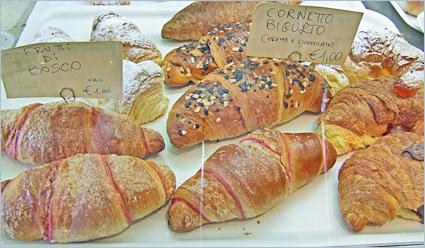 In Italien bezeichnet man ein 'Croissant' als 'Cornetto' (Mehrzahl 'Cornetti'). Die Bar Lungomare bietet eine Vielfalt verschiedener Füllungen.