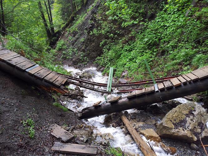 Bild von der zerstörten Brücke über einen Bach