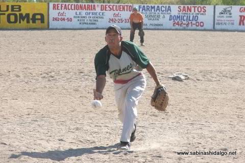 Leopoldo Landa lanzando por Astros en el softbol del Club Sertoma