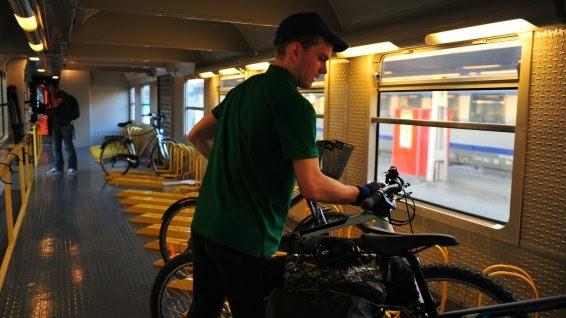 Wagon spécial vélo sur le train Interloire en été entre Orléans et le Croisic avec Monsieur vélo (crédit photo : Christophe Turgis pour France 3 Pays de la Loire)