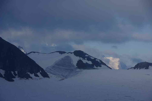 Progression sur le glacier du Tour, vue partielle sur le mont Blanc et l'aiguille du Goûter