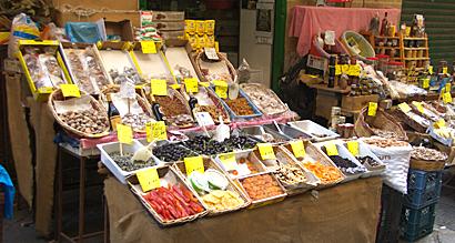 Sizilien - Stand auf dem historischen Markt Vucceria in Palermo.