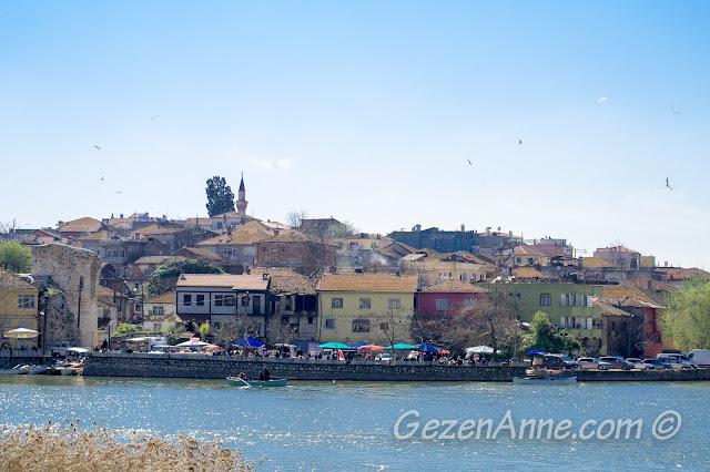 Üstünde uçan binbir çeşit kuşla Gölyazı manzarası, Bursa