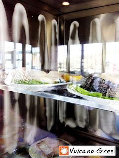 Cámara expositora de frío realizada íntegramente en acero inoxidable. En este caso se trata de promover la venta de la merluza fresca. Cuenta con potentes motores refrigeradores que ayudan a conservar mas tiempo el pescado, logrando de esta forma un ahorro en materia prima ya que alargamos el tiempo del pescado en condiciones optimas para su venta. Importante el detalle de la iluminación y el posicionamiento estratégico al lado de las mesas de los comensales.