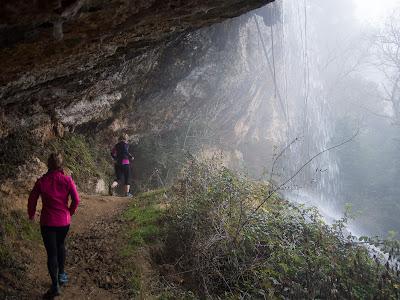 Als Forats el camí passa per darrere la cascada