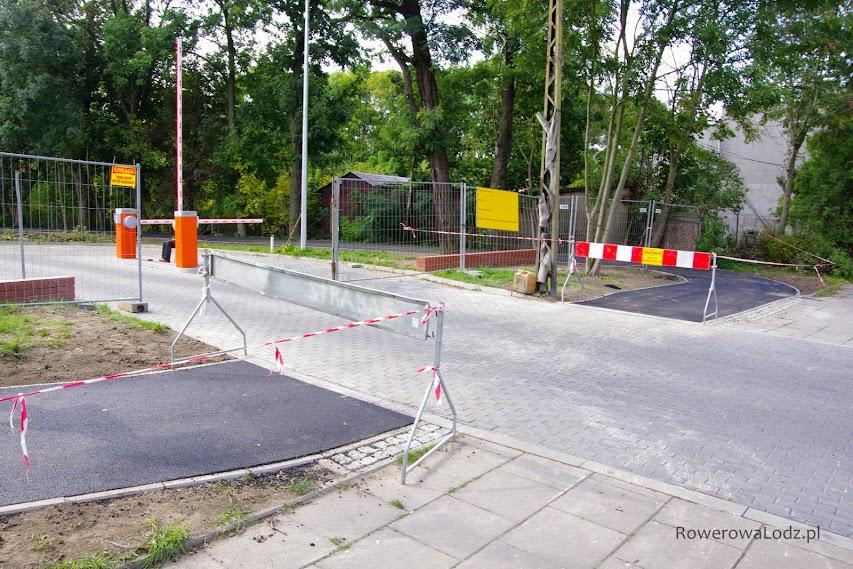 Tu już jednak brakuje zrozumienia dla braku asfaltu na przejeździe dla rowerów. Dziwi też fakt łuku pod kątem prostym...